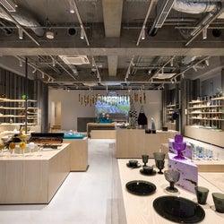 「イッタラ表参道 ストア&カフェ」世界初のカフェ併設店、シナモンロールやパイなど北欧の味を堪能