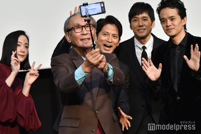 ステージ上で自撮り(左から)黒木華、木村大作監督、岡田准一、西島秀俊、池松壮亮 (C)モデルプレス