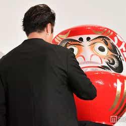 達磨に「大ヒット」の文字を書き込むTAKAHIRO(C)モデルプレス