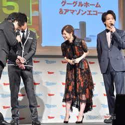 2018年ヒット商品の「プリントス」でプリントした写真を見る3人/(左から)田中圭、白石麻衣、中村倫也(C)モデルプレス