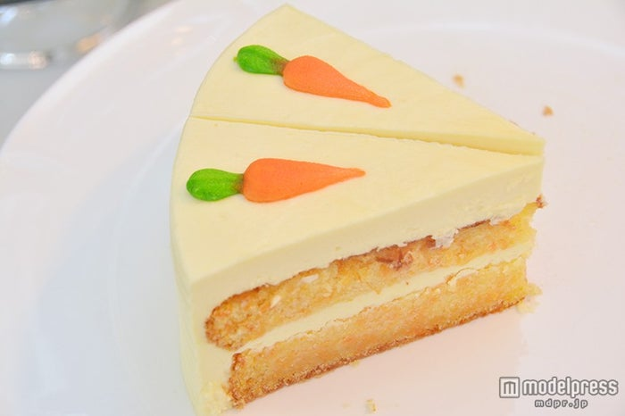 キュートな人参がアクセントのケーキ