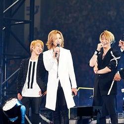 X JAPAN・YOSHIKI、GLAY20周年ライブにサプライズ出演 メンバーと熱い抱擁…涙で感謝を伝える