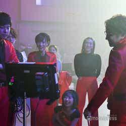 モニターで確認するメンバー/吉本坂46RED「君の唇を離さない」MV撮影風景(C)モデルプレス