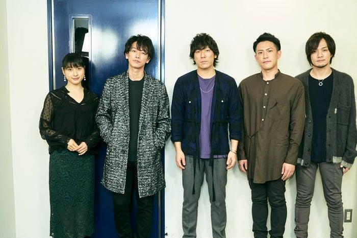 (左から)土屋太鳳、佐藤健、清水依与吏、栗原寿、小島和也(C)2017映画「8年越しの花嫁」製作委員会