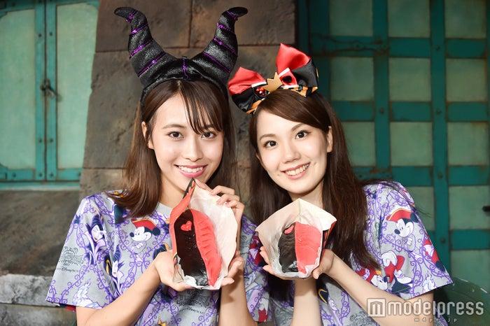 ツートーンギョウザドッグ(1個 ¥550)/モデル:(左から)山本沙樹、松田佳奈子(C)モデルプレス(C)Disney