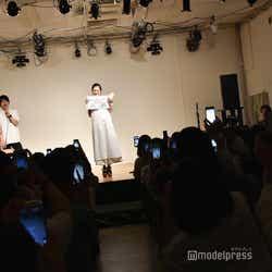 撮影タイムでファンからスマホを向けられる/紺野彩夏ファンミーティング「HAPPY AYAKA DAY GIRLS FESTIVAL」の様子 (C)モデルプレス