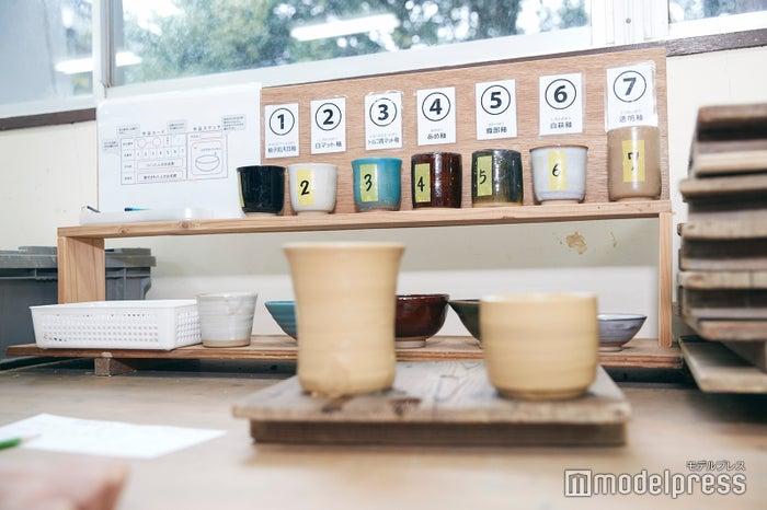 釉薬は7色から選ぶことが可能。どれも美しくて迷ってしまう…。 (C)モデルプレス