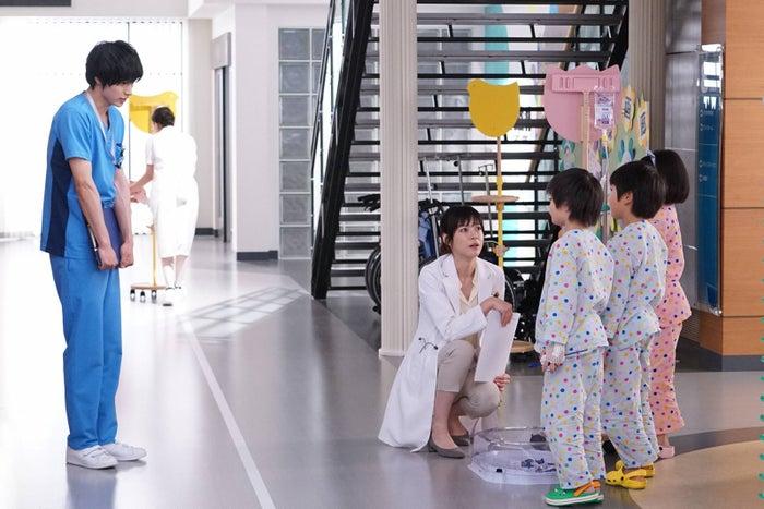 山崎賢人、上野樹里/「グッド・ドクター」第1話より(C)フジテレビ