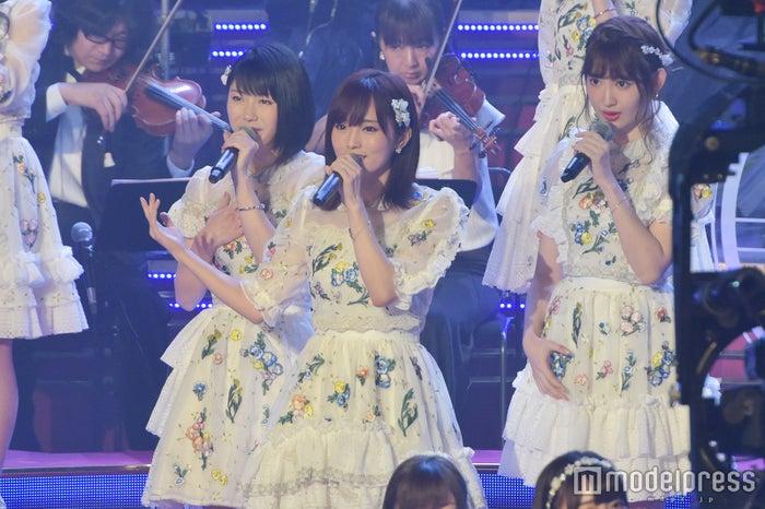 レコ大で歌唱するメンバー(C)モデルプレス