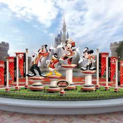 シンデレラ城前のプラザのフォトロケーション (C)Disney