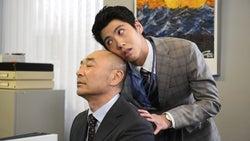 高橋克実に絡む賀来賢人/ドラマ「スーパーサラリーマン左江内氏」より(C)日本テレビ
