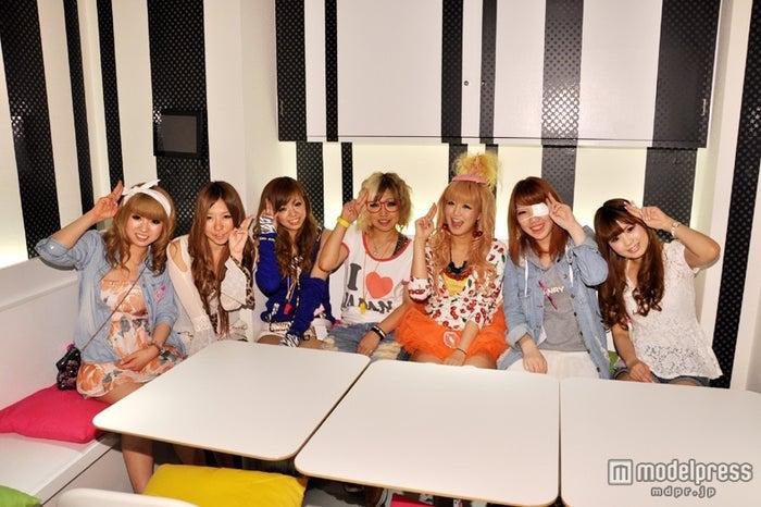 神田笑花(右から3番目)とギャルカフェ「10sion」スタッフ