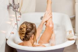 お風呂でカチカチの太もも裏側を伸ばす!ぜい肉が落ちる「ながらエクササイズ」