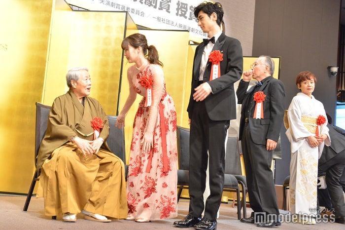 高田次郎をサポートする生田絵梨花、古川雄大 (C)モデルプレス