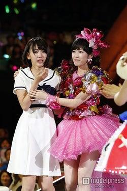 Wセンターの渡辺麻友(右)と宮脇咲良(左)/(C)AKS【モデルプレス】