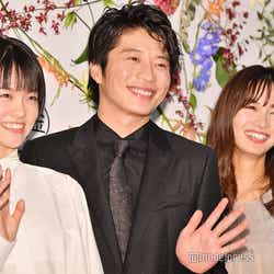 志田彩良、フォトセッション時に「はい、手振りましょうか~」と自ら提案してくれる田中圭、岡崎紗絵 (C)モデルプレス