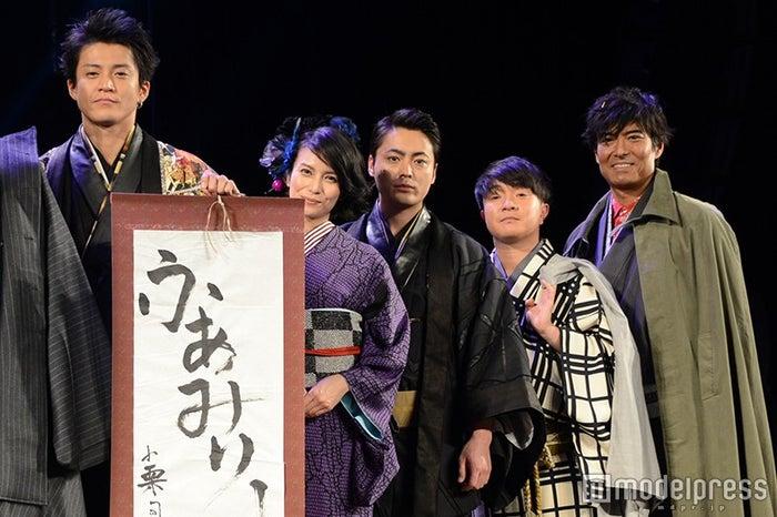 (左から)小栗旬、柴咲コウ、山田孝之、濱田岳、高嶋政宏(C)モデルプレス