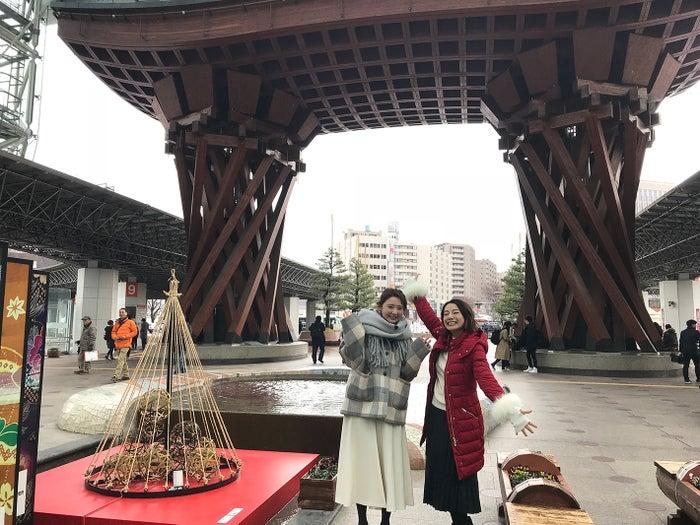 金沢駅(右から)三船美佳、おのののか/画像提供:テレビ大阪