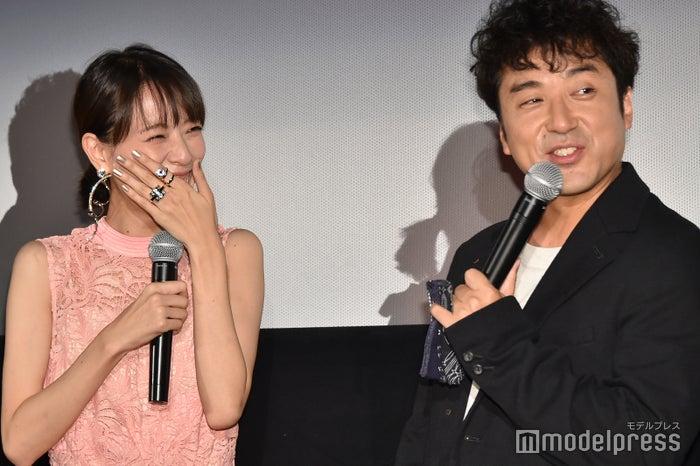 笑いが止まらない戸田恵梨香と汗が止まらずハンカチを取り出すムロツヨシ (C)モデルプレス