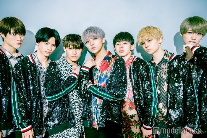 (左から)KENSHIN、NAOYA、TETTA、HAYATO、EIKU、REI、KOHKI (C)モデルプレス