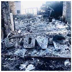 モデルプレス - 自宅焼失のマイリー・サイラス、荒れ果てた焼け跡を婚約者が公開