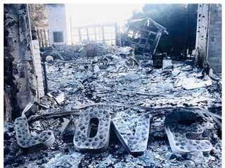 自宅焼失のマイリー・サイラス、荒れ果てた焼け跡を婚約者が公開