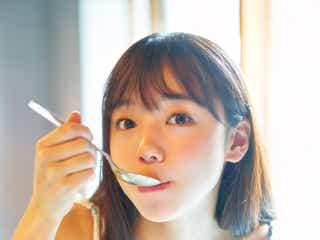 日向坂46齊藤京子、新カット公開 1st写真集「とっておきの恋人」パネル展開催決定