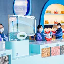 レジカウンター(感染症予防対策のためのシールドの様子)/「ビッグポップ」(C)Disney