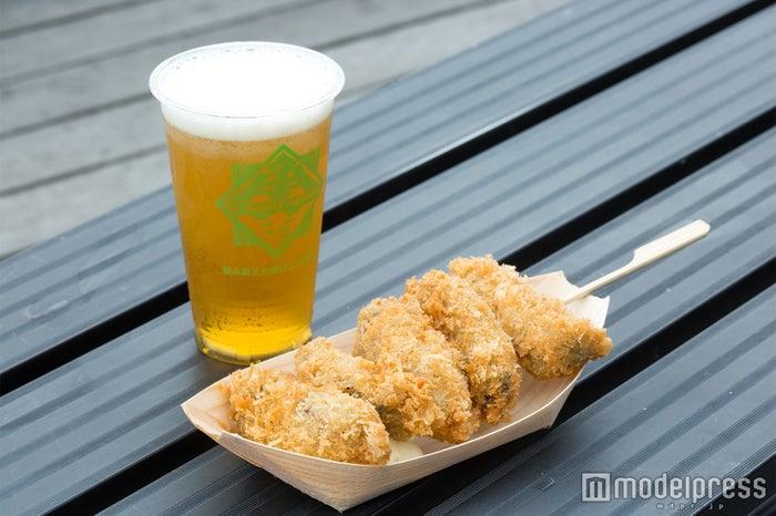 カキフライ串、地ビール(C)モデルプレス