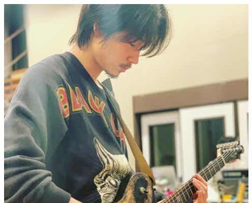 """綾野剛""""ギター演奏中""""クールショットにファン悶絶「破壊力ハンパない」「色気が溢れてる」の声"""