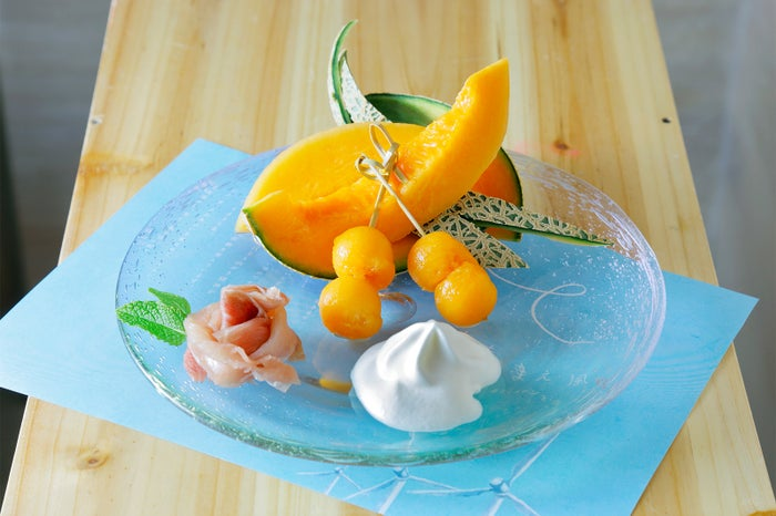 メロンプレート900円(皮付きカットメロン、メロンボール、生ハム、北海道バニラエスプーマ)/画像提供:ニトリパブリック