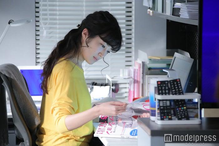ファッション誌をチェックする凛(画像提供:日本テレビ)