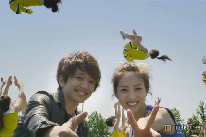 Nissy「DANCE DANCE DANCE」MVより(左から)西島隆弘、堀田茜【モデルプレス】