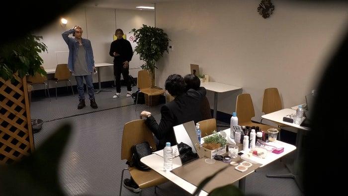(奥)与那嶺瑠唯、LIKIYA/CL「THE RAMPAGEのガチTV」より(提供画像)