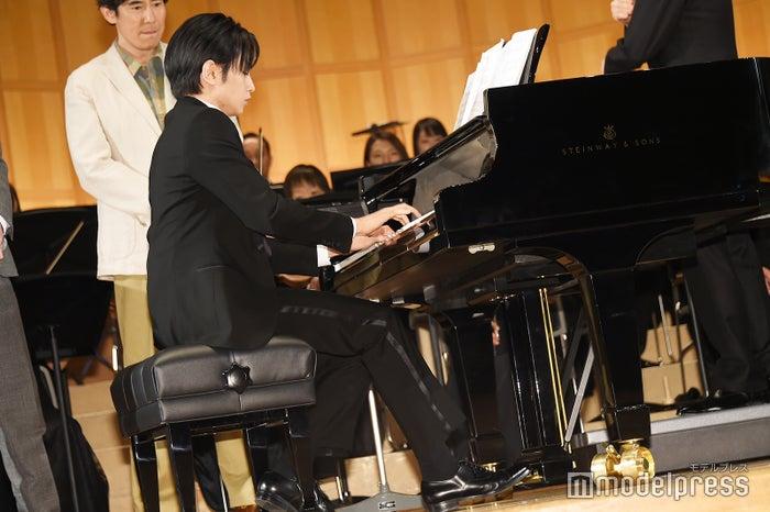 「宿命」を演奏する中島健人(C)モデルプレス