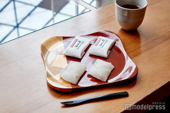 上品で繊細な甘さの羽二重餅は、一度食べたら病みつきに! (C)モデルプレス