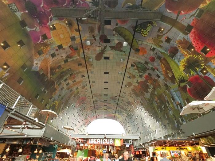 オランダ人アーティストが描いた壁画が、カラフルでフォトジェニック!
