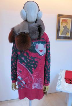 「ユキコ・ハナイ」19~20年秋冬展示会 女性の絵がモチーフのニット