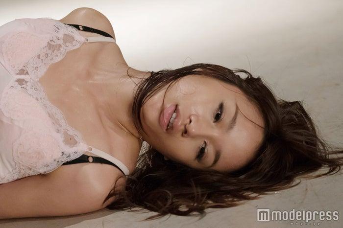 映画「シマウマ」(5月21日公開) うつろな目で横たわる高橋メアリージュン(C)2015東映ビデオ