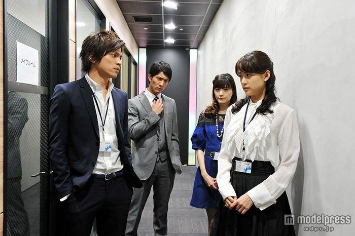 撮影の様子/左から:山本裕典、北代高士、佐藤ありさ、山本美月