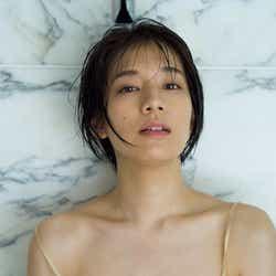 モデルプレス - 佐藤美希、たわわバスト際立つランジェリー姿で登場