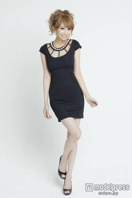ドレスのコーディネートを紹介/「愛沢えみり ファッション&ビューティーブック Emiri」より