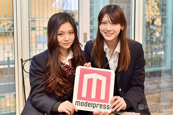 アンジェラ芽衣(右)、「日本一かわいい女子高生」をかけて、桜井美悠と激突(左)