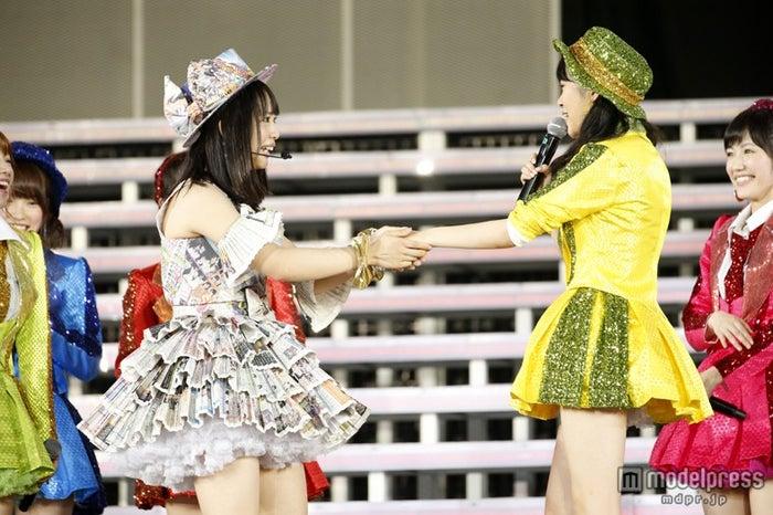 松村香織(左)、指原莉乃(右)/「AKB48 2013 真夏のドームツアー~まだまだ、やらなきゃいけないことがある~」ナゴヤドーム公演初日より(C)AKS