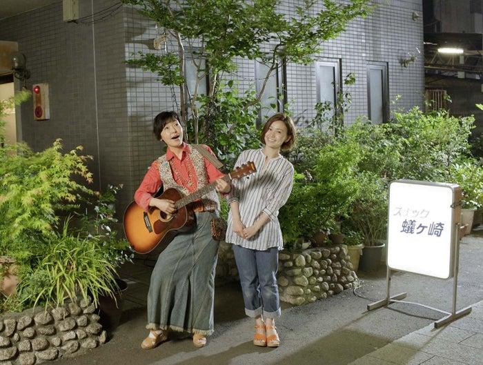 小林聡美、大島優子/「スナック蟻ヶ崎」スナックに集うギターの流しと常連客(提供写真)