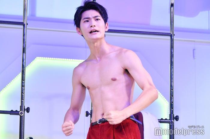 上裸になって盛り上げる押田岳 (C)モデルプレス