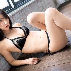 NMB48白間美瑠、大人セクシーな黒レースビキニで魅了