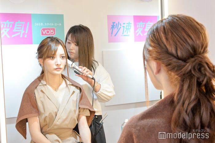 プロのテクを真剣に見つめる伊東亜梨沙さん(C)モデルプレス