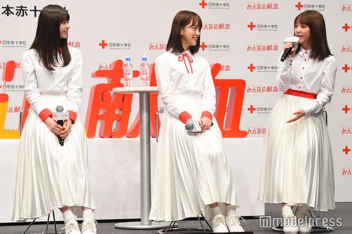 「一緒にお花見に行ってくれますか?」と呼びかける与田祐希(右)と、笑顔で頷く齋藤飛鳥(左)、堀未央奈(中央) (C)モデルプレス
