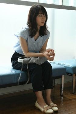凜華(吉岡里帆)、トレンド深Vネックでキレイめに<「ごめん、愛してる」第8話コーデ解説>